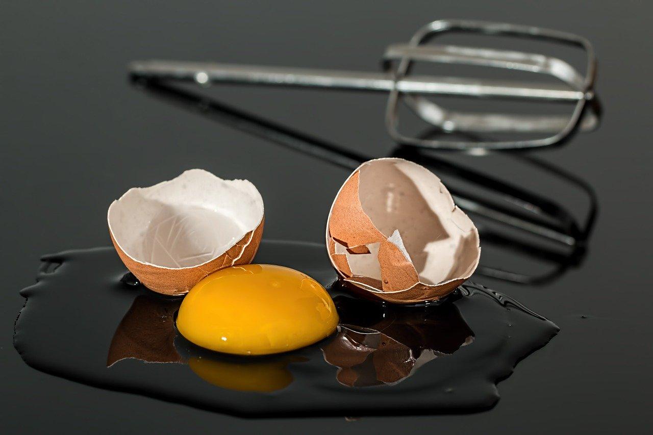 är det farligt att äta råa ägg
